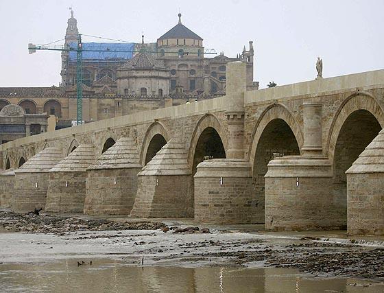 """Chaves avala la restauración """"escrupulosa"""" del Puente Romano, aunque entiende el debate"""