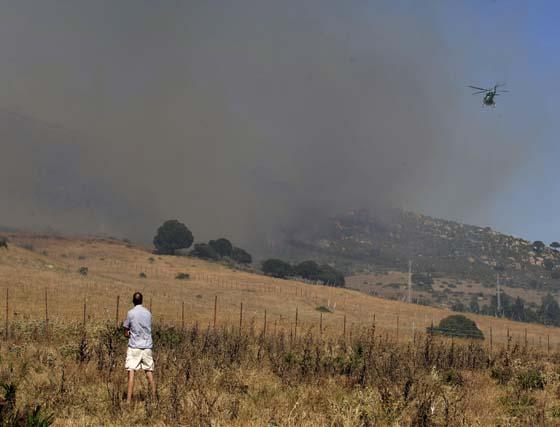 Incendio forestal en Tarifa en el monte La Peña
