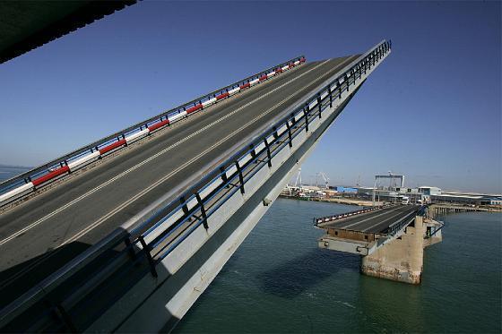 El puente se levanta para el Juan Sebastián Elcano