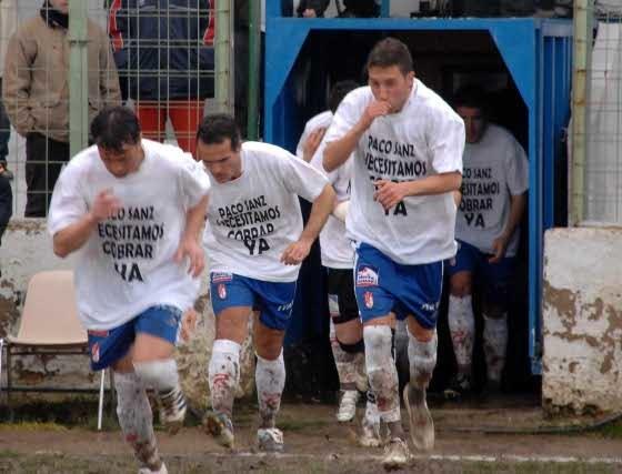 Los jugadores del Granada saltaron al césped muy motivados.   Foto: La Otra Foto