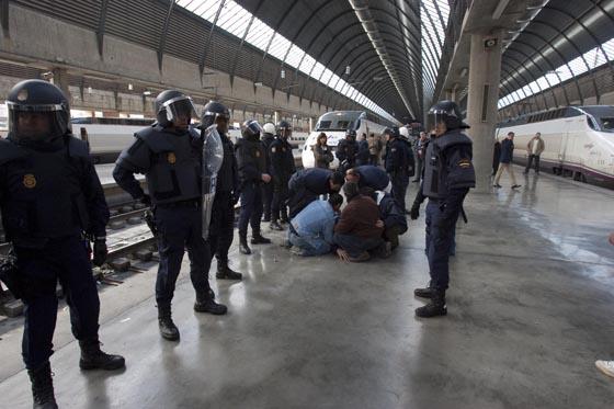 Los agentes de la Policía Nacional vigilan a los manifestantes en el andén.  Foto: Jaime Martinez