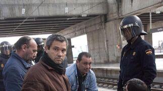 Varios mineros intentan tranquilizar a un compañero.  Foto: Jaime Martinez