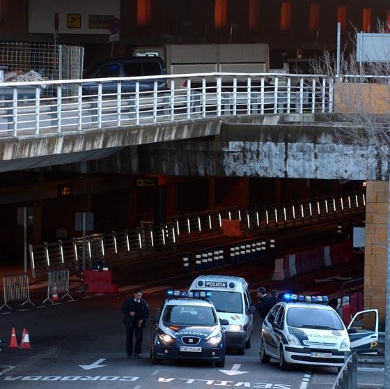 La Policía se ha visto obligada a cortar los accesos al aeropuerto de Sevilla.  Foto: Manuel Gomez