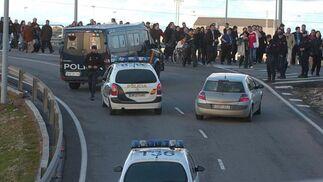 Varios dispositivos policiales se han desplazado hasta el lugar para evitar incidentes.  Foto: Manuel Gomez