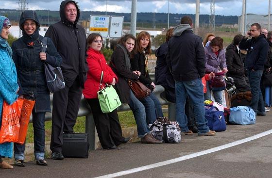 El mal tiempo no ha acompañado a las decenas de personas que se han visto obligadas a abandonar el aeropuerto.  Foto: Manuel Gomez