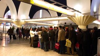 El aeropuerto de Sevilla recuperó poco a poco la normalidad después de la alarma originada por un aviso de bomba que resultó ser falso.  Foto: Manuel Gomez