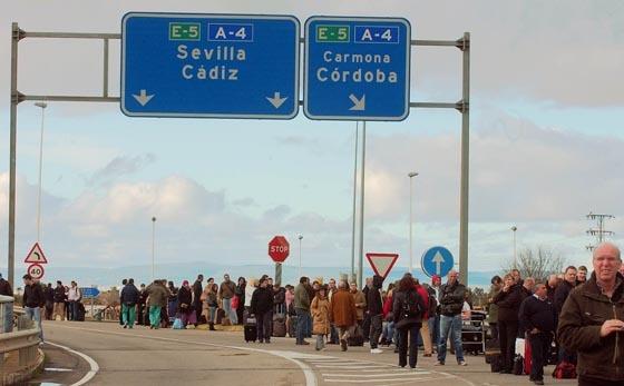 La multitud que estaba en el aeropuerto ha esperado en los arcenes de la carretera a las indicaciones de la Policía.  Foto: Manuel Gomez