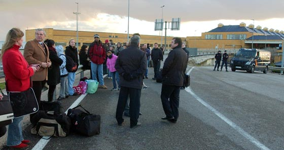 Los afectados junto a sus maletas esperan nuevas órdenes de los agentes de Policía Nacional.  Foto: Manuel Gomez