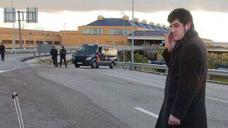 Un joven avisa a través de su móvil de la imposibilidad de acceder al aeropuerto debido al aviso de bomba.  Foto: Manuel Gomez