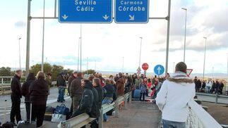 Los quitamiedos han servido de asientos improvisados para los que hacían uso del aeropuerto de Sevilla.  Foto: Manuel Gomez