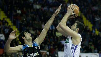 Felipe Reyes lanza el balón ante la imposición de Trigueros.  Foto: Antonio Pizarro