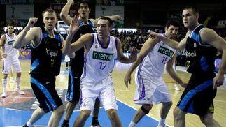 Jugadores de ambos equipos observan el curso del partido.  Foto: Antonio Pizarro