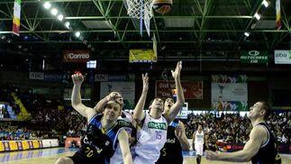 Mumbrú lanza el balón al aire para encestarlo ante la mirada de sus adversarios.  Foto: Antonio Pizarro