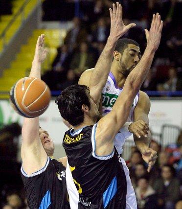 Trigueros utiliza sus manos como barrera para impedir que el balón entre.  Foto: Antonio Pizarro