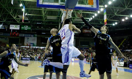 Xavi Rey e Ignerski impiden la entrada de un balón.  Foto: Antonio Pizarro