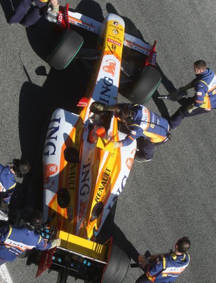 Fernando Alonso tomará el relevo de Nelson Piquet, que apenas pudo entrenar con el nuevo R-29.  Foto: J. C. Toro