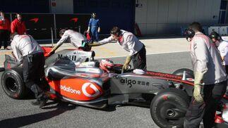 El finés Heikki Kovalainen es ayudado por sus mecánicos para retornar a los boxes durante la sesión de entrenamientos.  Foto: J. C. Toro
