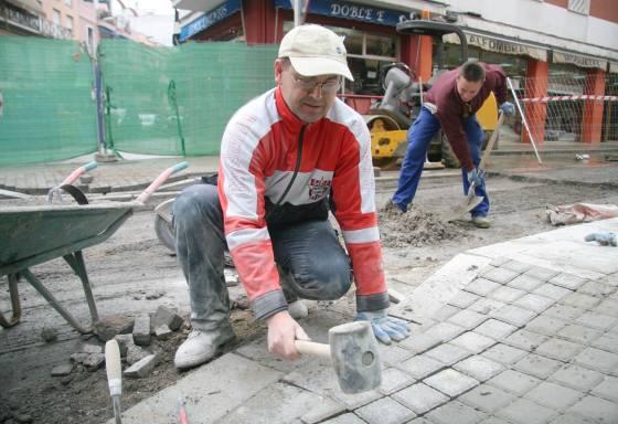 Trabajadores realizan sus labores de reurbanización en la calle Niebla.  Foto: Belén Vargas