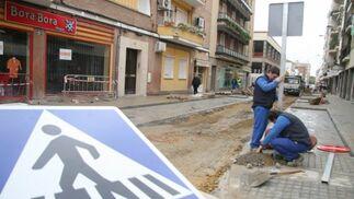 Varios obreros cambian las señales de tráfico de la calle Niebla.  Foto: Belén Vargas