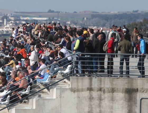 El buen tiempo animó a numerosos aficionados que se acercaron al circuito para presenciar el desarrollo de los entrenamientos.   Foto: J. C. Toro