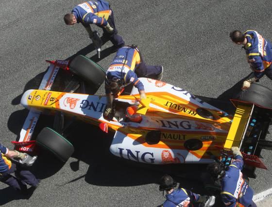 Los mecánicos de la marca francesa asisten al piloto brasileño.  Foto: J. C. Toro