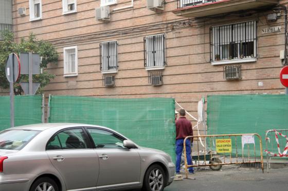 Las obras de reurbanización ya han comenzado en la calle Niebla.  Foto: Belén Vargas