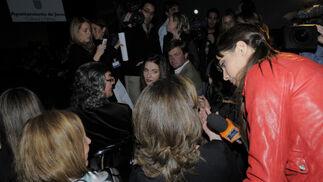 La televisiva Pilar Rubio, haciendo una entrevista minutos antes del comienzo de la Pasarela.  Foto: M. Aranda