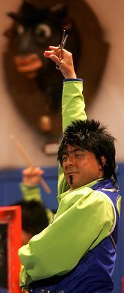 Pose flamenca para uno de los Tijeritas de Kike Remolino.  Foto: Jesus Marin