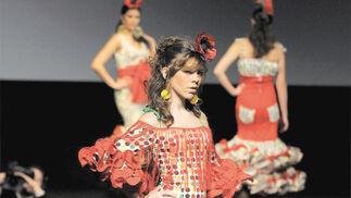 La cantante María Isabel lució una de las creaciones de Carmen Vega.  Foto: Manuel Aranda