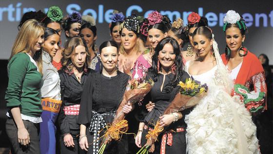 Las tres diseñadoras que forman parte de la firma 'Rocío Martín', despidieron su desfile en compañía de Ana Belén Morillo del Grupo Gálvez.  Foto: Manuel Aranda