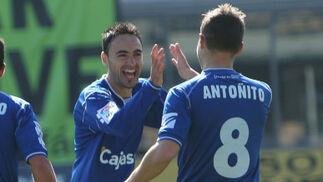 Momo es felicitado por Antoñito tras marcar el primer gol de partido, el duodécimo de su cuenta particular.  Foto: Juan Carlos Toro