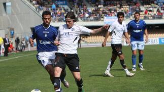 Redondo controla la pelota presionado por un defensor del Salamanca ante la atenta mirada de Emilio Viqueira.  Foto: Juan Carlos Toro