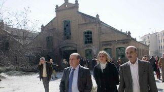 Torres Hurtado, junto a la concejal de Turismo, María Francisca Carazo, y el presidente de la Asociación de Vecinos, Asad Ali Asad, en la parte trasera del cuartel.  Foto: Miguel Rodriguez