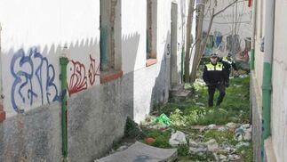Las basura se acumula todavía en las inmediaciones del inmueble.  Foto: Miguel Rodriguez