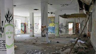 Los escombros se acumulan en el interior de las dependencias del cuartel.  Foto: Miguel Rodriguez