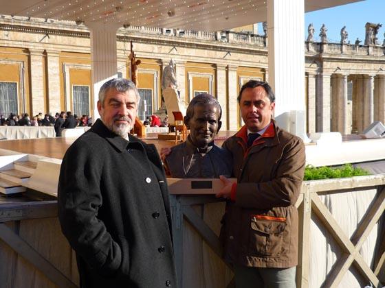 Miñarro y Suárez con el busto de Juan Pablo II.  Foto: D.S.