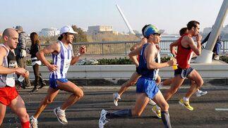 Corredores del XXV Maratón Ciudad de Sevilla al paso por el puente de La Barqueta.  Foto: Juan Carlos Vázquez