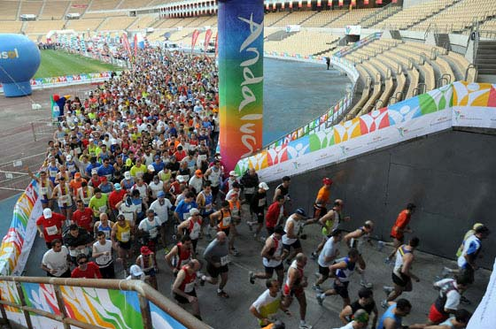 Primeros metros del XXV Maratón Ciudad de Sevilla, en la cual no sólo se han batido récords de competición, sino de participación: 3.704 maratonianos con dorsal (3.902 apuntados de manera oficial).  Foto: Juan Carlos Vázquez