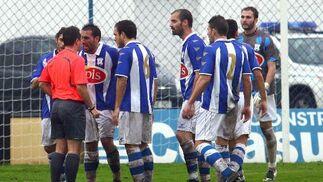Dani Carrasco protesta al colegiado el penalti que originó el 1-0, lo que le costó una amarilla.  Foto: Josue Correa