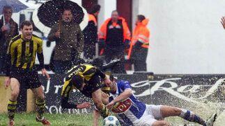 González se tira al suelo intentando cortar el avance del lepero Villar.  Foto: Josue Correa