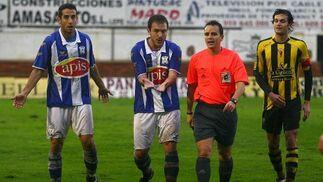 Jorge Herrero y Manu piden penalti al colegiado del encuentro Benjumea Alvarez.   Foto: Josue Correa