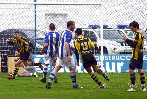 Joaquín materializa el penalti que pone por delante al San Roque en el minuto diez de partido. El lepero anotó su decimotercer tanto de la temporada.   Foto: Josue Correa