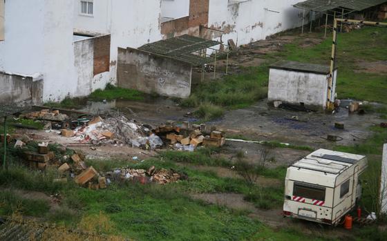 Vista general del estado de abandono que presentan los jardines que rodean el edificio.  Foto: Victoria Hidalgo