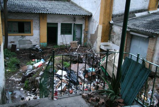 La basura y los escombros se acumulan en uno de los patios interiores de la fábrica.  Foto: Victoria Hidalgo