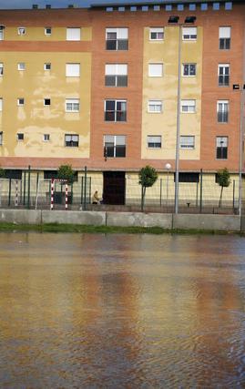 Agua acumulada en un parque con una pista de fútbol y un edificio al fondo.  Foto: J. C. Vázquez, B. Vargas y A. Pizarro