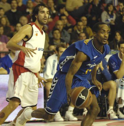 Calloway se escapa de Jordi Grimau.  Foto: Manuel Gómez