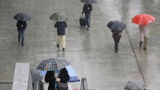Ciudadanos evitan mojarse en la zona de Viapol Center.  Foto: J. C. Vázquez, B. Vargas y A. Pizarro