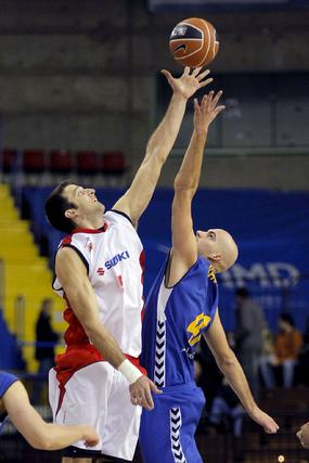 Cusworth y Rey saltan por el balón.  Foto: Efe