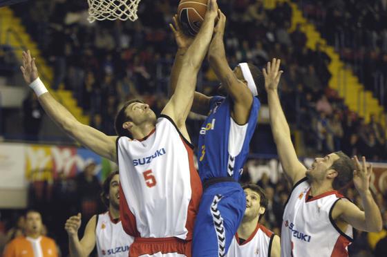 Cusworth tapone a Ager.  Foto: Manuel Gómez
