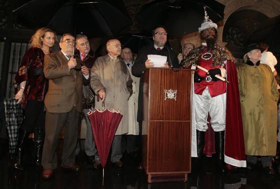 En la Plaza de San Francisco le esperaba el alcalde, Alfredo Sánchez Monteseirín, acompañado de quiénes representarán a la Estrella de la Ilusión y a los tres Reyes Magos, entre otros.   Foto: Juan Carlos Muñoz